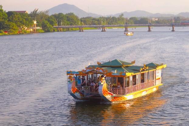 Hué bateau tombeaux royaux vietnam photo blog voyage tour du monde https://yoytourdumonde.fr