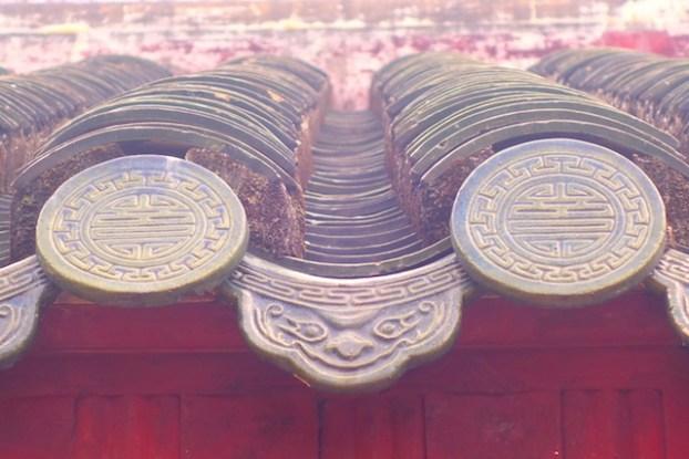 Symabole de toit dnas la cité impériale de Hué au Vietnam photo blog voyage tour du monde https://yoytourdumonde.fr
