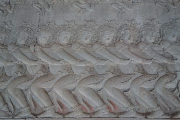 Le barattage de la mer de lait à Angkor Vat au Cambodge avec superbe bas relief. Photo blog https://yoytourdumonde.fr