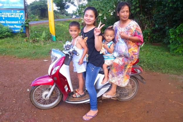J'ai beaucoup aimé la rencontre avec la population locale quand j'ai visité le Plateau des Bolovens au Laos photo blog voyage tour du monde https://yoytourdumonde.fr