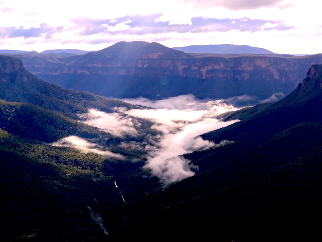 La beauté du National Pass entre foret et nuage au Blue Mountains photo blog tour du monde https://yoytourdumonde.fr