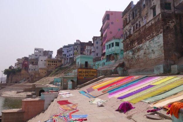 Le truc incroyable est que le matin les draps des hotels se font laver dans le Gange et secher au soleil sur les ghats! L'Inde quoi! Photo blog voyage tour du monde https://yoytourdumonde.fr