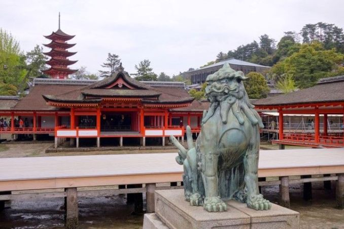 Temples et sanctuaires magnifique du coté de l'Ile de Miyajima photo blog voyage tour du monde https://yoytourdumonde.fr