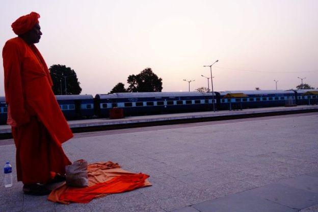 La gare de Khajuraho en Inde pour le levé du soleil. Photo blog voyage tour du monde https://yoytourdumonde.fr