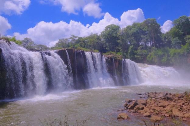 Il y a beaucoup de cascades sur le plateau des bolovens au Laos photo blog voyage tour du monde https://yoytourdumonde.fr