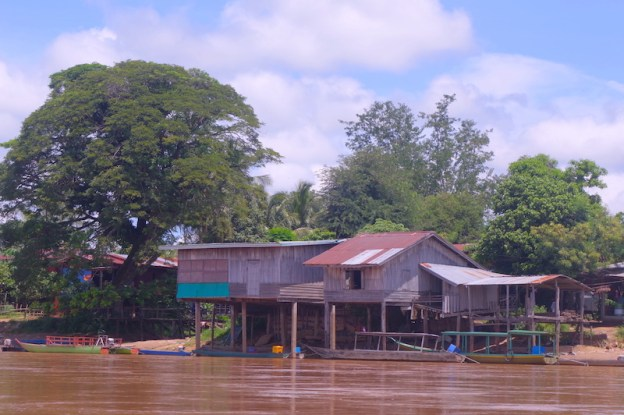 Laos 4000 iles photos blog voyage tour du monde maison en bois coloniale sur le Mékong https://yoytourdumonde.fr