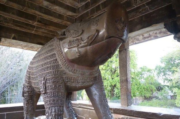 Un enorme sanglier est present juste à coté des temples de Khajuraho en Inde photo blog voyage tour du monde https://yoytourdumonde.fr