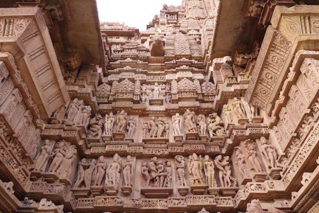 Des centaines de statues sont presentes dans les temples de Khajuraho en Inde photo blog voyage tour du monde