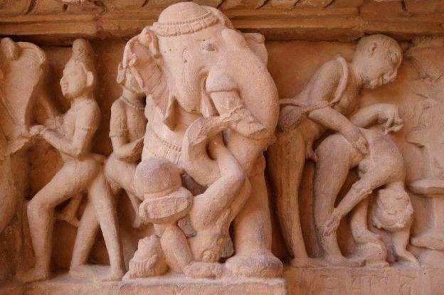 Elephant representé dans l'un des temples de Khajuraho en Inde. Photo tour du onde https://yoytourdumonde.fr