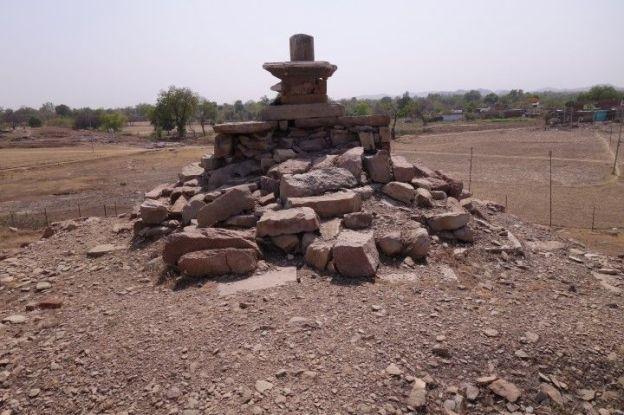 temple et lingas se multiplient du coté de Khajuraho en inde. Photo voyage tour du monde https://yoytourdumonde.fr