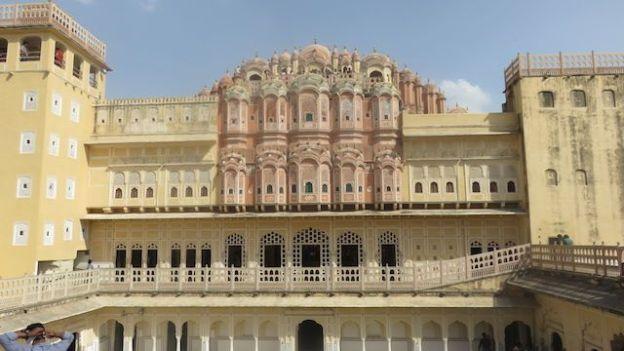 A l'interieur du Hawa Mahal a Jaipur en inde capitale du rajasthan photo blog voyage https://yoytourdumonde.fr