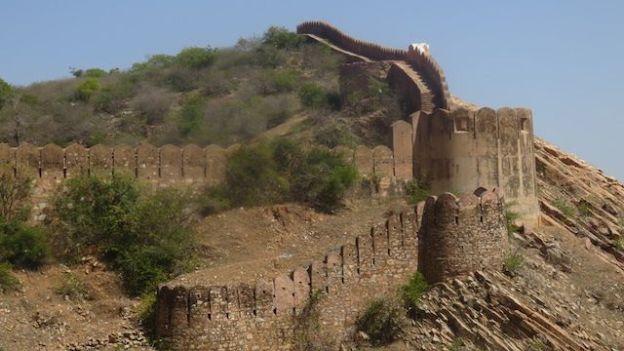 Grosse fortifaction du fort de Nahargarh a jaipur capitale du rajasthan en inde photo blog voyage https://yoytourdumonde.fr
