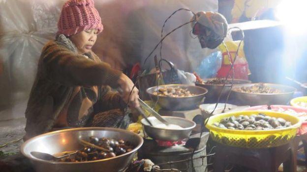 Vietnam - Dalat: Sur le marche le soir vous allez avoir l'embarras du choix pour manger.