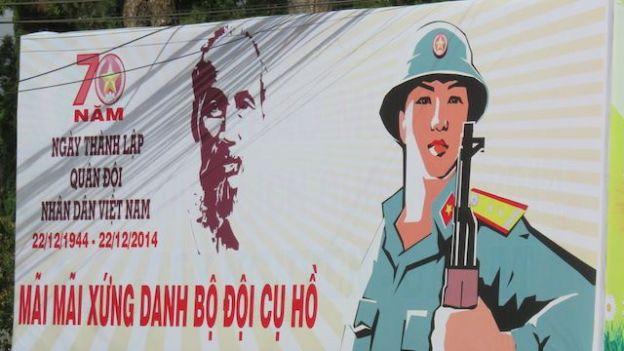 Vietnam - Dalat: Aucunes villes n'échappent aux grandes affiches de la propagande du Partie.