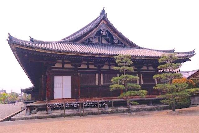 La structure en bois la plus grande du Japon se trouve à Kyoto dans la salle de Sanjusangen-do photo blog voyage tour du monde https://yoytourdumonde.fr