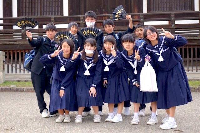 Ancienne capitale du Japon beaucoup d'ecoliers visitent Nara au Japon. Photo blog voyage tour du monde https://yoytourdumonde.fr