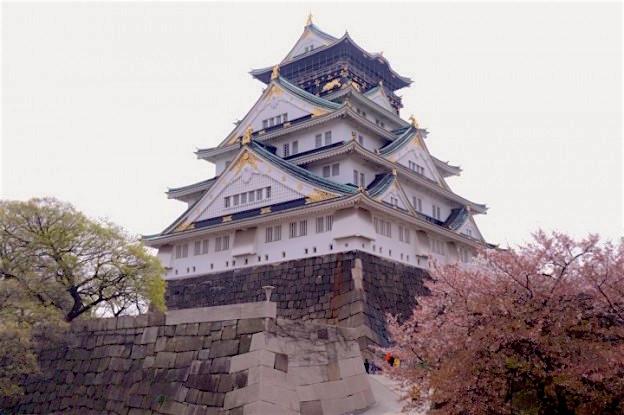 L'un des plus vieux et anciens chateaux du Japon se trouve à Osaka . Photo blog tour du monde https://yoytourdumonde.fr