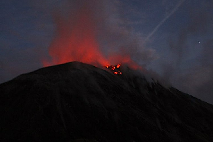 La lave sort du volcan Santiaguito après une éruption volcanique photo blog voyage tour du monde travel https://yoytourdumonde.fr