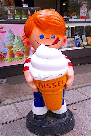 Chucky la poupée de sang qui mange une glace à Nara au Japon quel humour! Photo blog voyage tour du monde https://yoytourdumonde.fr