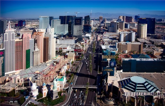 Le strip de Las Vegas l'avenue remplie d'hotel photo blog voyage tour du monde https://yoytourdumonde.fr