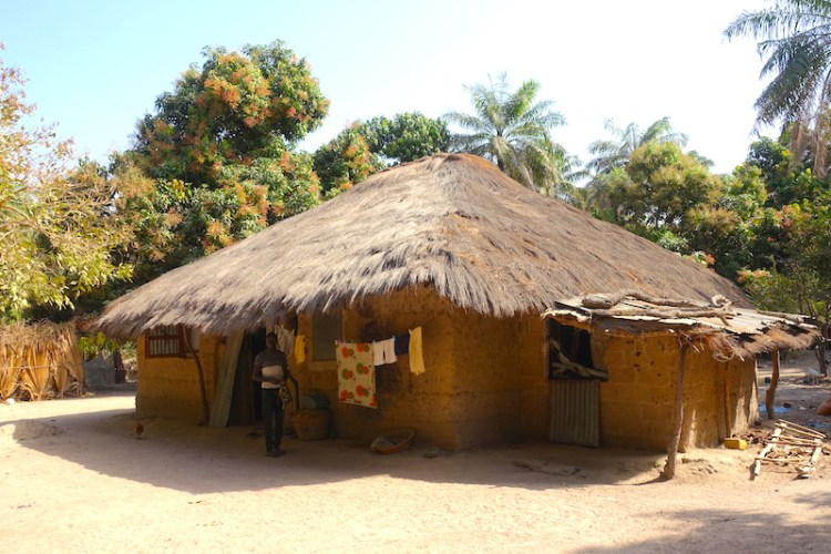 Casamance kamobeul sénégal maison case photo blog voyage tour du monde https://yoytourdumonde.fr