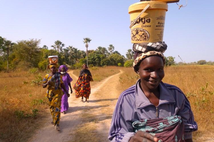 En compagnie des locaux à Kamobeul au Sénégal photo blog voyage tour du monde casamance https://yoytourdumonde.fr