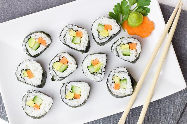 Vous allez pouvoir manger de très bon suhsi à Tokyo avec des prix réduits en fin soirée dans les centres commerciaux. Photo blog voyage tour du monde https://yoytourdumonde.fr