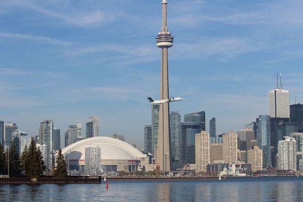La tour CN est l'attraction de Toronto elle peut se monter et se visiter photo blog voyage tour du monde https://yoytourdumonde.fr