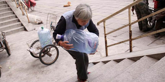 Cerita Inspiratif: Kisah Nenek Pengantar Galon Air Mineral (3/3)
