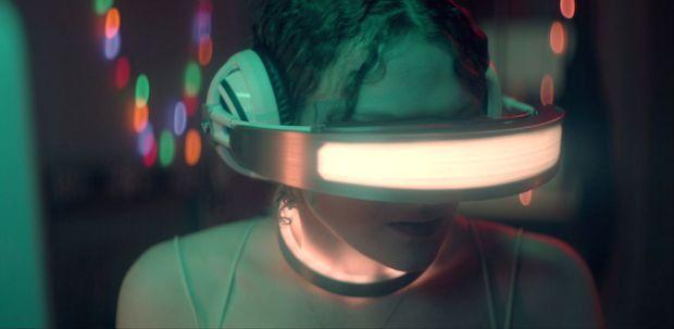 1404901 2630020 zoomed - Kiss Me First   Trailer @netflix @KissMeFirstTV #vr #virtualreality