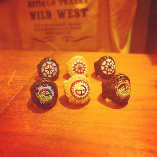 6個のringちゃん達!(⊙ꇴ⊙)これはお取り扱いいただいているお店に納品しました(*´╰╯`๓)♬細工する部分が小さくて柄が限られるけどウォーボンネット、メディスンホイールのデザインで仕上げました~(^^♪なかなかしっかりと柄が入ったと思う!(*´╰╯`๓)♬ #ring  #beadswork