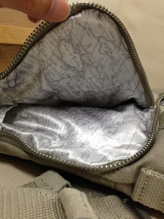 外側長口袋內裡也是細緻的尼龍印上地圖的材質
