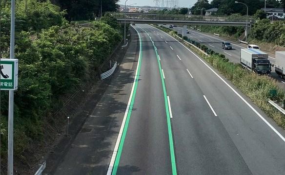 高速道路に緑の車線が!その意味とはいったい、、見つけた時には落ち着いて行動しよう🚗