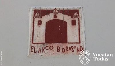 Arco-Dragones-placa-esquina-by-Yucatan-Today