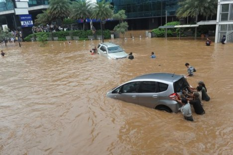 Banjir-Thamrin-Sudirman-Jakarta-170113-Spt-5-jpg_100252