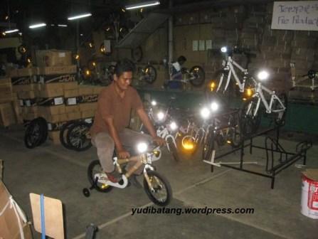 yudibatang ngetes sepeda onthel