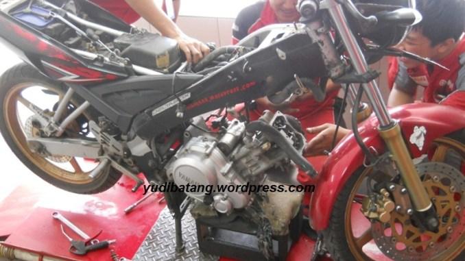 motor di servis keroyokan