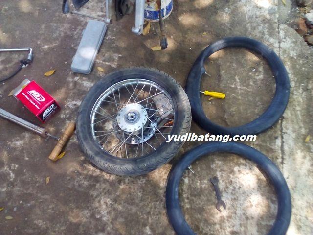Cara mengganti sendiri ban dalam sepeda motor dengan alat seadanya