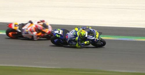 Rossi over take marquez le mans 2016