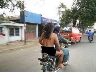 naik motor memboncengkan orang gila
