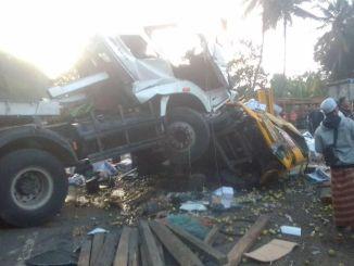 truk trailer hantam colt diesel di Batang