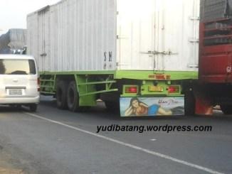 cara aman menyalip truk