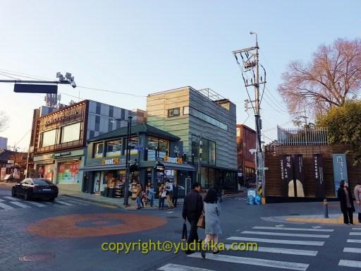e-mart di persimpangan anguk arah gyeongbokgung palace dan bukchon hanok village