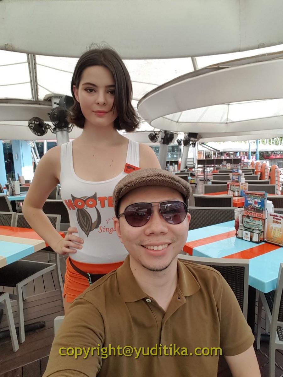 hooters di clarke quay singapura