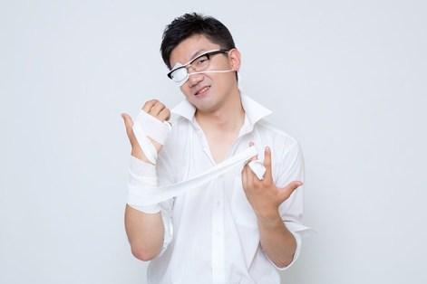 OZP82_さて、ここからが俺のターンだ・・・」黒龍が封印されし右腕の包帯を解く会社員