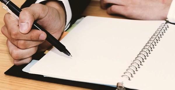 予定表をつけるビジネスマンPAK85_500