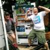 伊藤園の自販機を見つけて大はしゃぎする海外AG