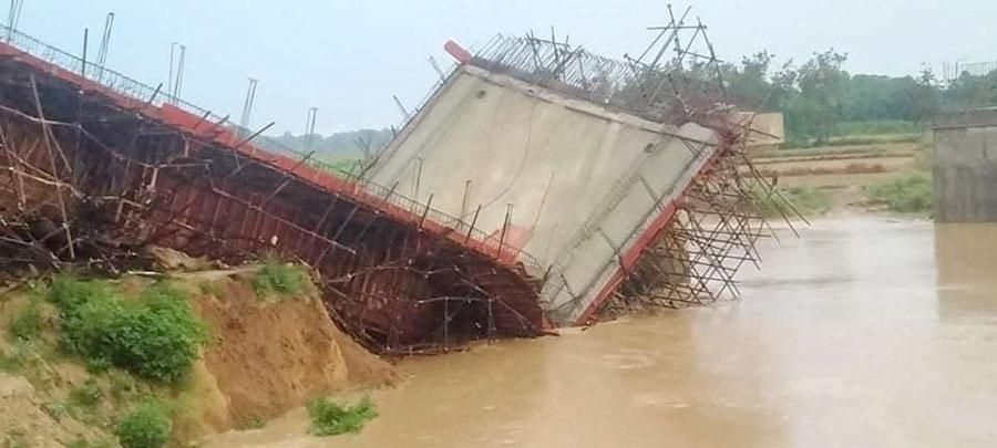 दानव नदीको बाढीले भत्कायो छपियाको निर्माणाधीन पक्की पुल