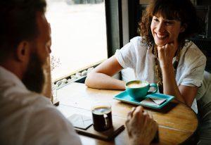 話の聴き方。フリーアナウンサーyuiの藤井千代美と奈央美が提案する話の聴き方のお話。イメージ