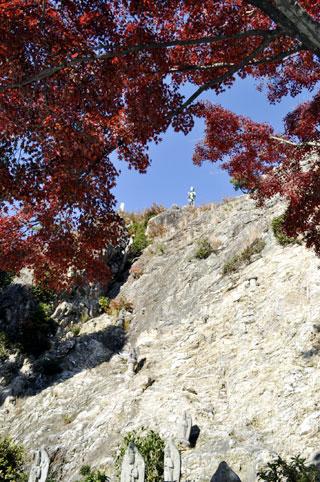 紅葉の隙間から見える岩屋観音イメージ